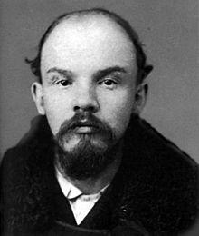 Leninova fotka z decembra 1905, keď pravdepodobne mozog tohto Vodcu svetového proletariátu nebol celkom postihnutý chorobou SYFILIS. Na každý pád, však pravda mohla si na vodcu spomenúť aspoň málinko