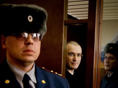 Michail je druhý. Či sa naňho pozeráte zprava alebo zľava. Does not matter. Tak či tak, ak pozriete do jeho očí, vidíte priatelia pravdiví, že z jeho očí nič dobré nekuká. je to taký prešíbaný židovský kukuč pred ktorým je na pozore nielen wodca Vladimír ale aj zákonný sudca v Moskve