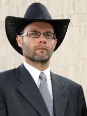 neúspešný a nepekný šrác, u ktorého sú badateľné židovské črty tváre