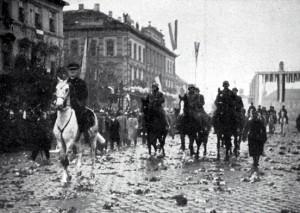 Bolo že to slávy, keď admirál vošiel na Bielom koni do Kasse. Nagymama na smrteľnej posteli s touto fotkou na hrudi opustila Košice. Dnes ja a členovia košického diamantu žijeme v Rašiciach a čakáme, čo sa bude diať.
