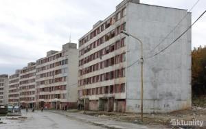 demonštačné foto ukazuje, že 7statočných čakajú na Luníku 9 nielen otvorené dvere v cigánskych bytoch a bytovkách, ale aj otvorené, či skôr rozbité okná.